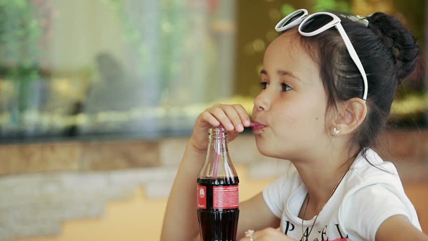 Trẻ tăng động giảm chú ý không nên uống nước ngọt có ga